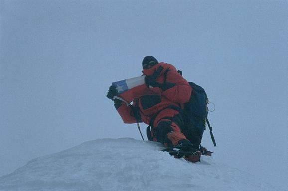Pablo Gutiérrez en la cumbre del Makalu (8.463 msnm) (fotografía Andrés Stambuk)