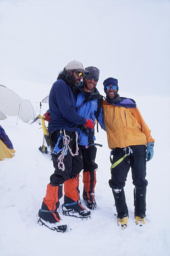 Ya bajando en el C1 (6.100 msnm) se reencuentra el equipo de Cumbre con sus compañeros